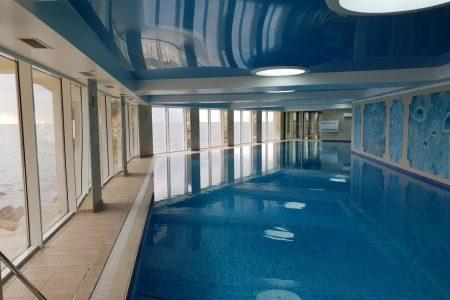 басейн с подогревом в гостинице Бухта Мечты